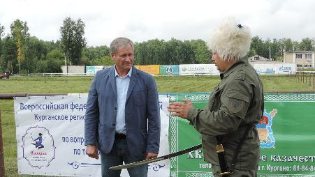 Губернатор Курганской области Алексей Кокорин заинтересовался традиционным казачьим боевым искусством - рубкой шашкой